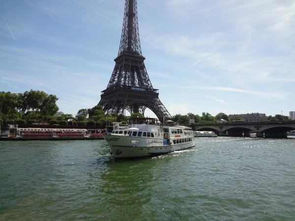 Description de l'établissement Nouveau venu à Paris, le Tivano. Ce nouveau bateau à la décoration sobre et élégante saura vous satisfaire pour toutes vos manifestations privées et professionnelles. Nous vous mettons à disposition une grande salle pour vos réceptions ainsi qu'une salle pour débuter votre cocktail, de plus une terrasse couverte est à votre disposition, … #LesBarrés #Le #Tivano #péniche #paris #Tour #Eiffel #réserver #privatiser #cocktail #terrasse #alcool