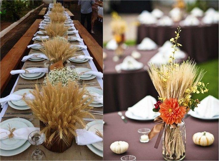 Weizenhalme in Vasen auf dem Tisch - mit anderen Herbstblumen kombiniert
