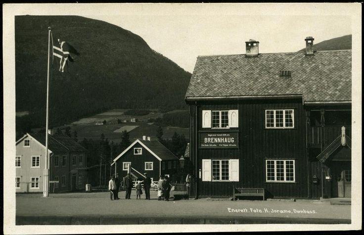 BRENNHAUG. Stasjonsbygning rett på, med skilt og noe folk (H.Joramo), fint kort. Br. 1936
