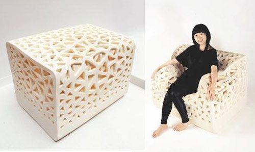 BREATHING CHAIR MADE OF FOAM - Un cubo di foam che diventa una poltrona quando qualcuno si siede. È stato creato dal designer di Taiwan Yu-Ying Wu,