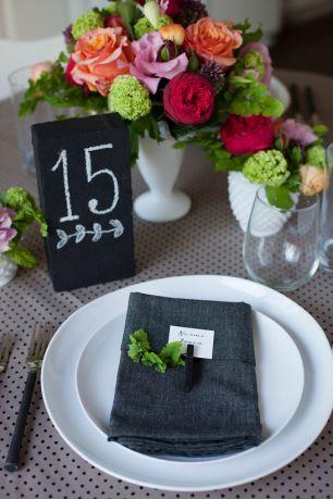 Номера столов на грифельной доске и банкетные карточки на салфетках