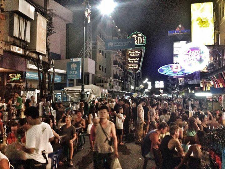 """Llegamos a Khao San Road, muchos locales, tiendas, mucho ambiente, todo lo """"típico"""", típico de Kaos San Road, mucho de lo que veas allí no lo volverás a ver en el resto del país. Muchísima gente, p…"""