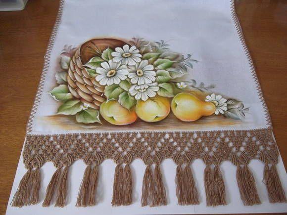 Pano de copa elaborado com tecido de sacaria Estilotex, pintado à mão, com acabamento em abrolho ( a arte de dar pequenos nós). R$ 25,00