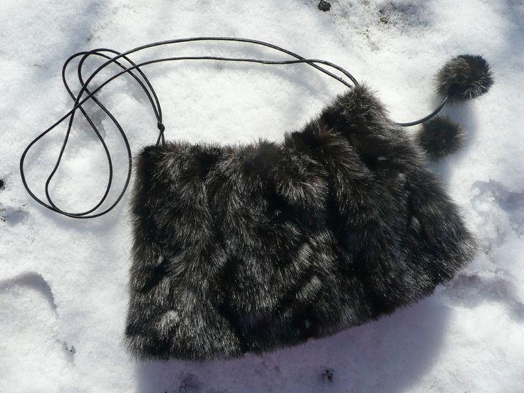 MEDVĚDÍ+-+rukávník,+kabelka++...ještě+bude+mrznout...++Rukávník+tvořící+komplet+s+klapkami+na+uši+a+broží.++Rukávník+lichoběžníkového+tvaru+z+umělé+kožešiny,+podšívkovaný+měkkým+manšestrem.+Okrajový+šev+je+začištěn+ozdobným+prýmkem.+Saténová+dutinka+je+v+okrajích+protažena+kovovými+průchodkami+a+váže+se+do+patřičné+délky+na+mašličku+nebo...