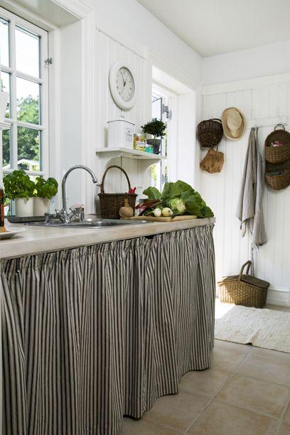 Kolonihave køkken - Bryggers i striber og hvidt