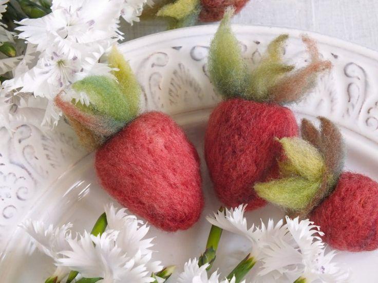Jahody jsou krásné, ale jako dekorace bohužel nevydrží. Jedině ty naše, plstěné. Můžete je využít třeba jako ozdobu na domácí jahodovou marmeládu.