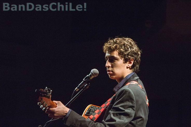 Teo Keruff es un cantautor chileno que mezcla estilos tales como el Folk con elementos de Rock y Pop, dando así una sonoridad muy particular en su estilo, con una carrera iniciada a muy temprana edad.