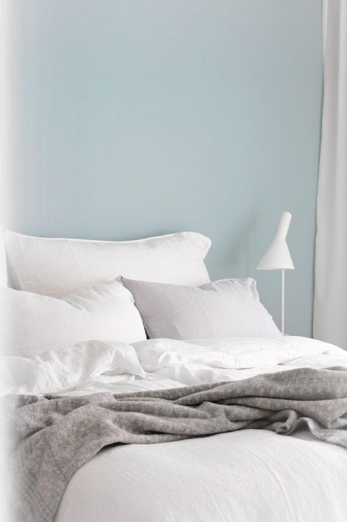 Linen bedding, teal wall | Nina Holst - Stylizimo