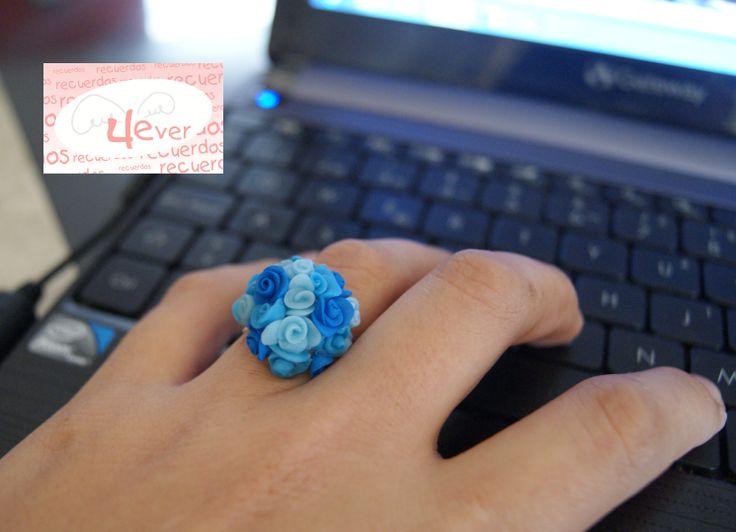 Anillo de flores azules en pasta flexible   BISUTERIA   Pinterest ...