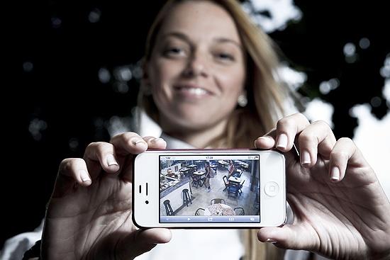 Vem crescendo o uso de aplicativos para smartphones e tablets que permitem visualizar, via Internet, as imagens das câmeras de vigilância remotamente, em tempo real - as empresas de circuito fechado de TV fornecem os apps. Na Folha ♦ por Márcio Padrão ♦ via ClipLink ♦ http://cliplink.com.br/6597