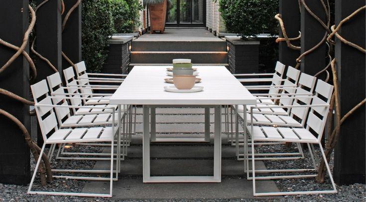 De Samos stoel van Borek is ontworpen door Marcel Wolterinck en heeft een strakke, moderne uitstraling. De meubelen zijn gemaakt van gepoedercoat aluminium, gemakkelijk te reinigen en deze meubelen kunnen met een gerust hart hele hele jaar buiten blijven. De collectie heeft voor alle manieren van ontspannen in de tuin een passend meubel en is zeer uitgebreid. Het uitgesproken maar toch tijdloze design van deze meubelen geeft een unieke sfeer op het terras. Optioneel zijn er kussens…