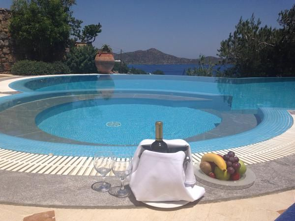 Unforgettable moments of #relaxation by the #pool...  #EoundaGulfVillas #Crete Photo credits: Destinology