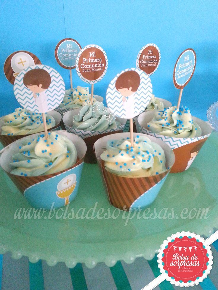 Cupcakes con wrappers y toppers personalizados