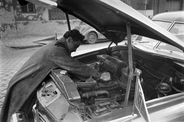 Papp László, későbbi háromszoros olimpiai bajnok, profi Európa bajnok ökölvívó. Hudson Commodore típusú személygépkocsi.