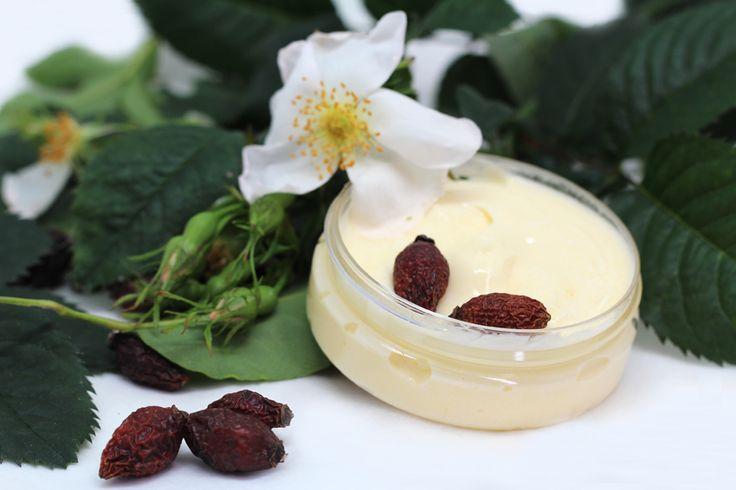Crema de Rosa Mosqueta. Hoy vamos a elaborar una crema facial de Rosa Mosqueta natural y hecha por nosotros mismos… Ya veréis que es muy sencillo de hacer, de hecho sólo hay que mezclar 3 ingredientes y tendremos nuestra Crema de Rosa Mosqueta.