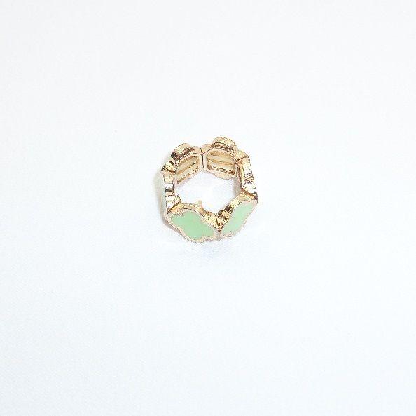 Кольцо Ромашка выполнено из гипоаллергенного ювелирного сплава с глазурованным рисунком. Благодаря подвижному соединению элементов кольцо легко снимается и одевается. Размер кольца 7 (17,3 мм)