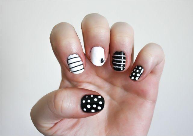 Black & White Striped Nail Art #nails #nailpolish #mani #beauty #beautyblog #beautyblogger #mani #nailart #nailpolish