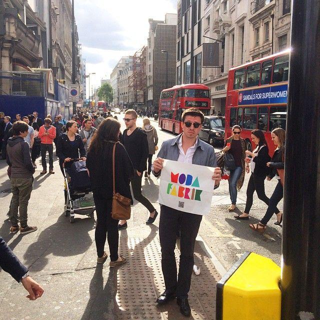 #OxfordStreet civarında bugün tanıdık bir markayı görmek mümkün olabilir. Modafabrik Londra'da.www.modafabrik.com #modafabrik #modafabrikheryerde #bayrakritueli #kampanya #oxford #totanhamcourt #london #londra #ingiltere #uk #unitedkingdom #england #brit #british #paylaş #hediyekazan #güneşli #akşamüstü #akşamüstükeyfi