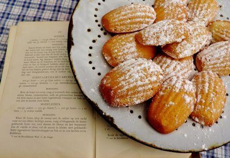 Madeleines uit mijn verzameling oude kookboeken. Naar een recept van de dames Ankersmit (1896) , omdat madeleines momenteel weer in de picture staan.