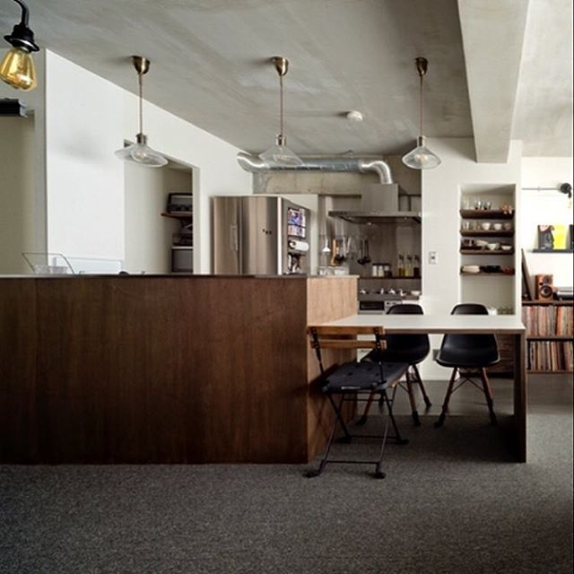 2018 04 20 21 47 59haco Renovation2018 04 20 ラワン合板に濃い目のオイル塗装で仕上げたセパレートキッチンの腰壁 床はカーペットなのにいい具合にカッコいい L型ダイニングテーブルも造作です ハコリノベ ハコリノベ不動産 リ ラワン 合板