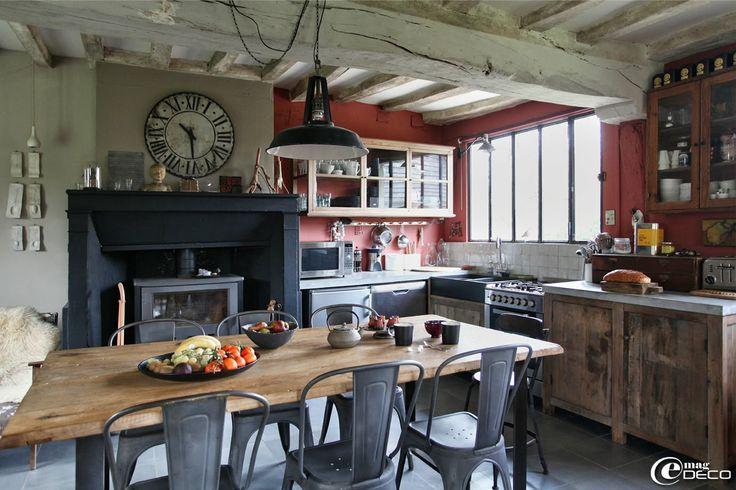 Table de cuisine composée d'une porte ancienne en orme et d'un piètement métallique, boutique L'empreinte à Lyons-la-Forêt, et entourée de chaises Tolix modèle A