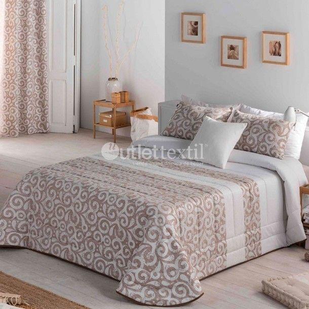 Edredón Conforter MAYO de la firma Sandeco. Este nuevo edredón está confeccionado en tejido jacquard y es perfecto para vestir habitaciones con estilo colonial. Lo puedes conseguir en beige o en gris.