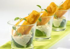 Bastoncini di merluzzo nel bicchiere con salsa tartara