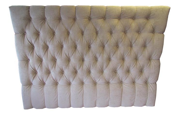 Sänggavel tygklädd som är specialdesignad. Måttbeställ och skräddarsy din helt unika sänggavel och sängram efter dina egna önskemål. Storleken, formen, val av tyger, konstläder, skinn och övriga detaljer är något vi diskuterar tillsammans för att uppnå bästa resultat. Med våra fabrikers hantverksskicklighet inom tapetsering och tillverkning av sänggavlar i kombination med lång yrkestradition kan vi garantera hög kvalité på din sänggavel.