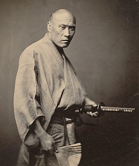 Samurai in Yokohama circa 1864, a rare photo of true samurai; a year or two after this photograph was taken, the samurai were abolished.  ニューヨーク・メトロポリタン美術館。偽造品やレプリカを恐れる保守的な美術館体質を改め、埋もれていた40万点にも及ぶ高画質な写真を一挙公開すると発表して話題になっている。日本関連の写真のほとんどが横浜の写真家、鈴木真一 (1835-1918) によるもの。この写真が撮られた1〜2年後、侍は完全に消滅。