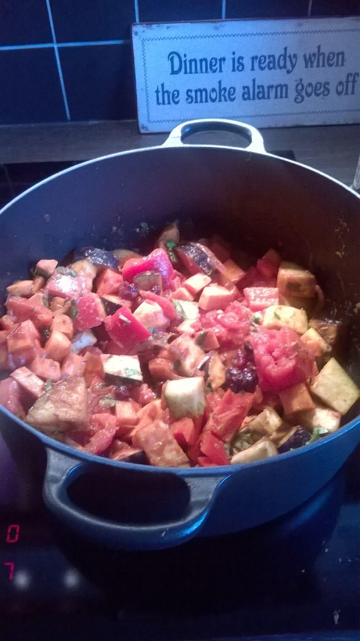 Recept: rode ui/gember/courgette/aubergine/wortel/paprika/zoete aardappel rode currypasta tomatenvlees rozijnen en cranberries  koriander, komijn, kaneelstokjes ( Evy ook saffraan) op einde evt nog geroosterde pijnboompitjes  met couscous