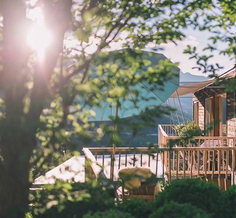 Berge, Gipfelsiege, umwerfende Naturerlebnisse, heisse Quellen, Sommerfrische Kunst, Yoga, Wellness im AVEDA Spa, Chillen, das süße Nichtstun genießen.  Das Haus Hirt dient dabei als fröhliches, entspanntes  Basislager und als Ausgangspunkt für die allerschönsten Bergabenteuer