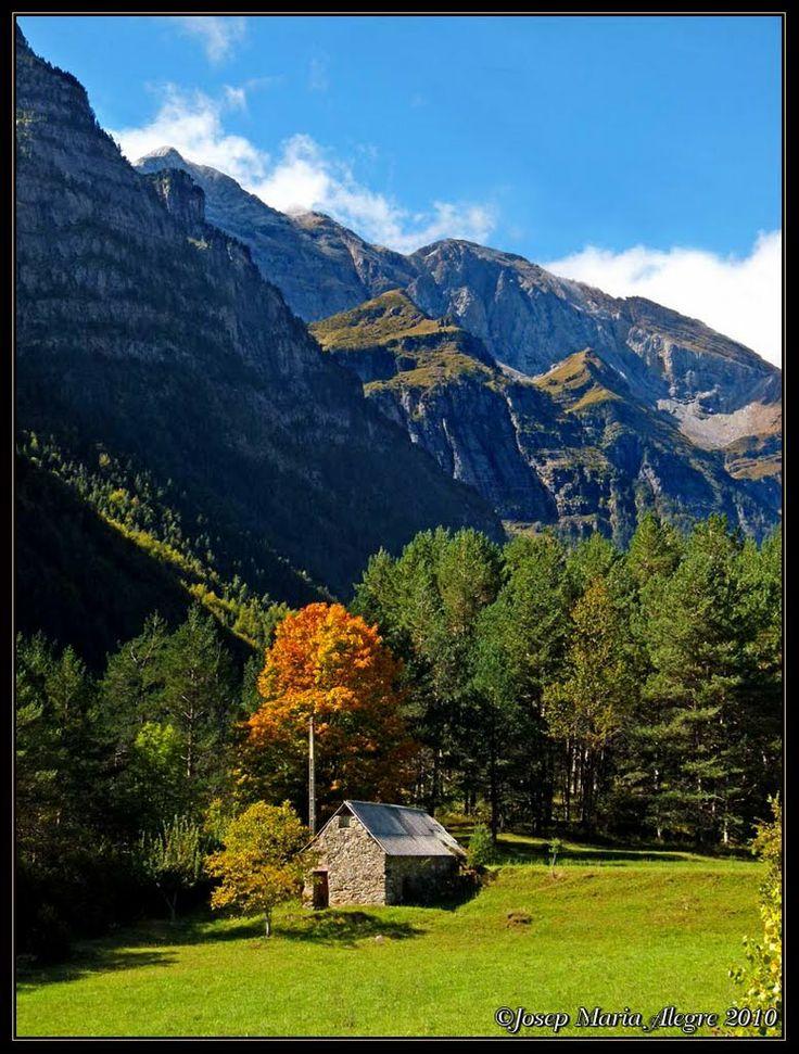 Valle de Pineta en otoño  Huesca  Spain