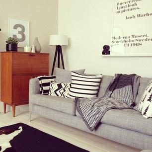 Ljusgrå soffa och teak. Så. Fint.  Från Romana21s instagram.
