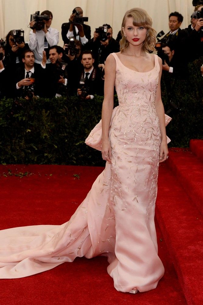This is like the elegant/classic version of Blake Lively's vavavavoom gown. Love this, so old movie beauty. Taylor Swift in Oscar de la Renta