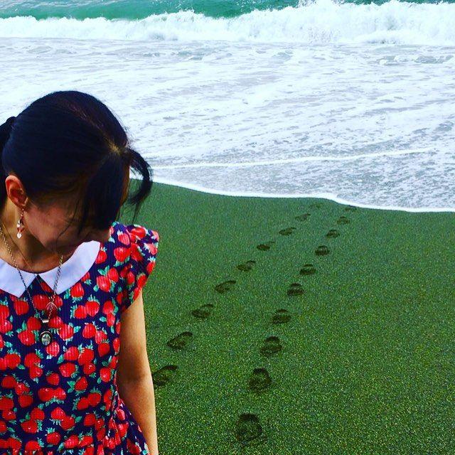 【agavesky】さんのInstagramをピンしています。 《Footprints👣 私の歩み…すぐに波にさらわれましたぁ😂 #sea🌊#lovesea#ocean#sand#footprint#outing#onepeace#海#砂浜#足跡#ワンピース#イチゴ柄#黒髪#お出かけ#お散歩》