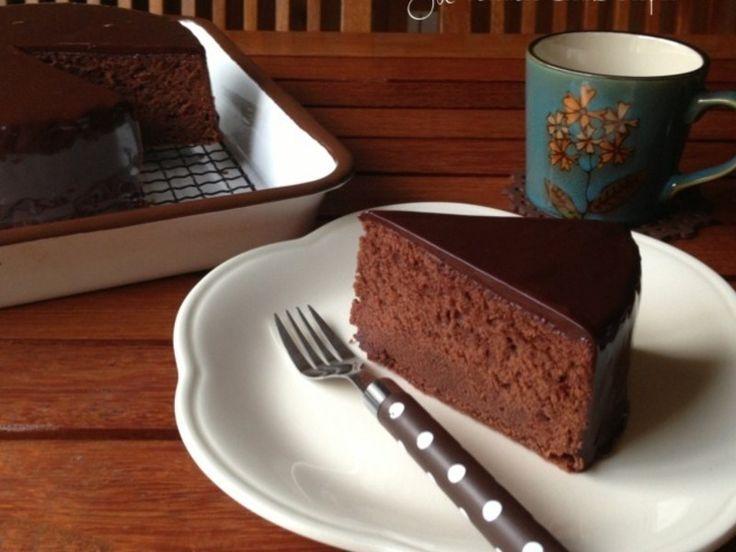 暑くても 今日なガッツリチョコレートケーキ なんかそんな気分やわぁ≧(´▽`)≦ なのでザッハトルテ あ、でも私ほど しつこいお味ではありません きめ細やかな濃厚チョコレート生地に 口溶け滑らかなチョコレートがたまらない チョコレート好きの為のケーキ 生地には粉砂糖を使うと きめ細やかさがUPします。 逆に、上白糖のような砂糖を使うと 濃厚さが増します。 スッキリとした甘さを求め...
