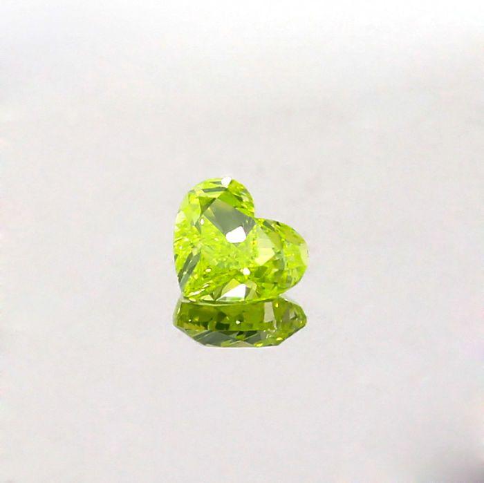 Neon Green Diamond natuurlijke Fancy Intense groen geel 057 ct. VS2 hart vorm Diamond GIA certified  Neon Green Diamond natuurlijke Fancy Intense groen geel 057 ct. VS2 hart vorm Diamond GIA gecertificeerd met goede snit en goed gepolijst best geschikt voor de hanger en ring kern. Het is vervaardigd en de beste bron van natuurlijk gekleurde diamanten van de Angolese ruwe gepolijst. De steen wordt geleverd met GIA certificering #5236562051De kleur van deze steen verandert tijdelijk wanneer…