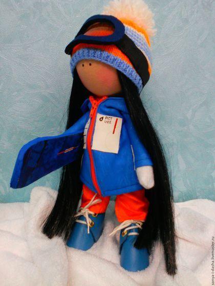 Купить или заказать Текстильная кукла Сноубордистка в интернет-магазине на Ярмарке Мастеров. Текстильная кукла-малышка. Ростик всего 29 см. Но имеет все необходимые атрибуты спортсмена: сноуборд с росписью, вязаную шапочку и очки, костюм, кожаные ботики. Одежда и обувь не снимаются.