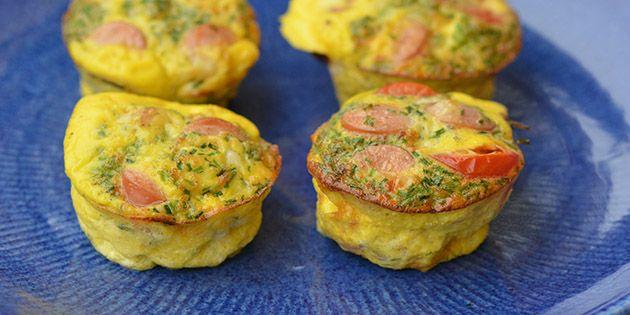 Rigtig gode æggemuffins med pølser, tomat og purløg. Populære hos både børn og voksne, og velegnede til både morgenmad, brunch, frokost og aftensmad. De kan fryses så lav en stor portion.