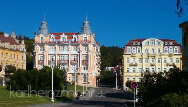 Marienbad, tschechisch Mariánské Lázně [ˈmarɪˌaːnskɛː ˈlaːzɲɛ] ist eine Stadt im Okres Cheb des Karlovarský kraj im westlichen Tschechien mit etwa 13.600 Einwohnern. Sie liegt 630 m hoch zwischen der bayerischen Grenze (Oberpfalz) und dem Kaiserwald (Slavkovský Les) in einem klimatisch milden, nach Süden hin offenen Tal.