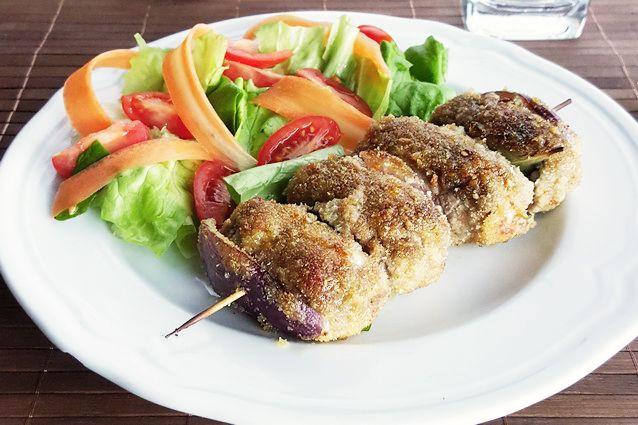 Gli involtini alla siciliana, famosi non solo in Sicilia, sono fettine di carne ripiene poste lungo uno spiedo ed alternate con alloro e cipolla.