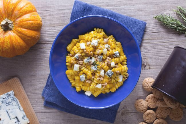 Pasta alla zucca, gorgonzola e amaretto è un primo piatto dal gusto pieno e dalla combinazione originale di ingredienti per sorprendere a  tavola!