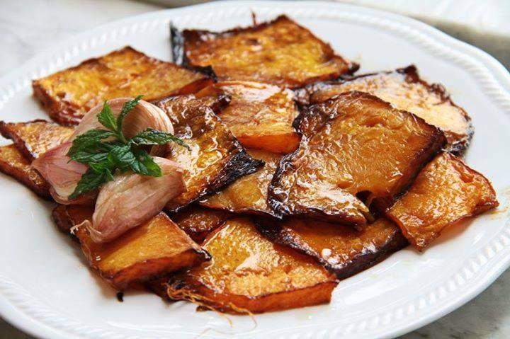 La zucca rossa fatta in agrodolce è un vecchio piatto siciliano; palermitano, ad essere più precisi. Nacque e si diffuse sulle bancarelle dei