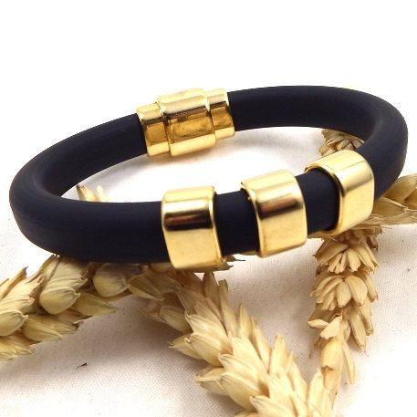 Bracelet cordon PVC noir avec perles en zamak et fermoir flashé or de la boutique Perlesetcuir sur Etsy