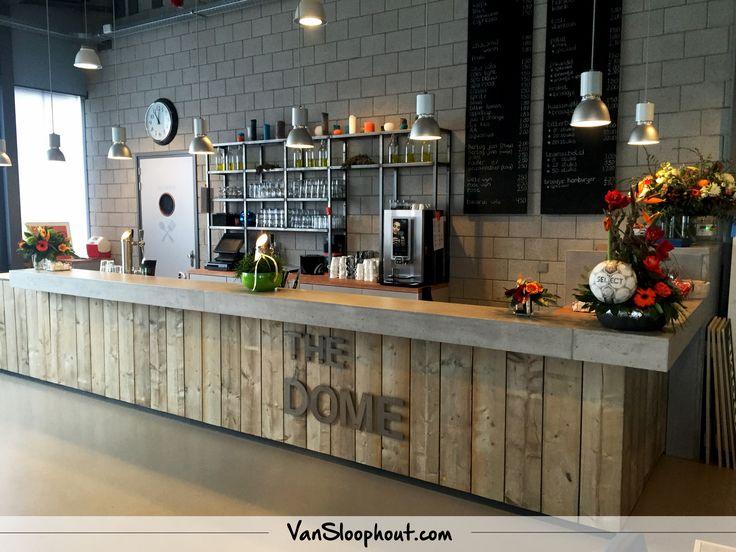 Bar met een betonnen blad en sloophout. Geeft een mooie industriële uitstraling! #industrieel #sloophout #beton #horeca #inrichting #inspiratie