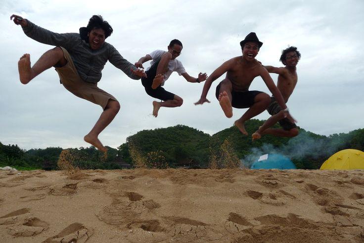 Camp in Jogja's Beach with your dearest friend http://jogja.semberani.com/tips-kemah-pantai-rental-mobil-jogja/