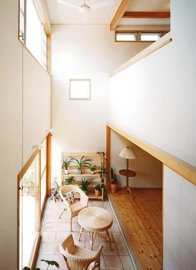 天窓から光が差し込む土間(リビングに吹き抜け土間のある家) - その他事例|SUVACO(スバコ)
