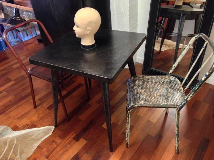 Ancienne table de bistro en métal des années 60. Magnifique table Tolix 55 en métal entièrement restaurée. Patine graphite, pieds compas, authentique.
