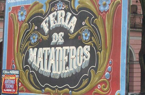 Feria Mataderos - Mataderos. Un día en la Feria de Mataderos es un viaje al pasado más tradicional de Buenos Aires. Allí podrás comprar diversas artesanías locales, y disfrutar de los espectáculos de danzas regionales y destrezas gauchescas que tienen lugar en las calles de la Feria. No dejes de probar la variedad de  comidas típicas que se vende en los puestos ambulantes, y deleitate con estos verdaderos manjares populares.