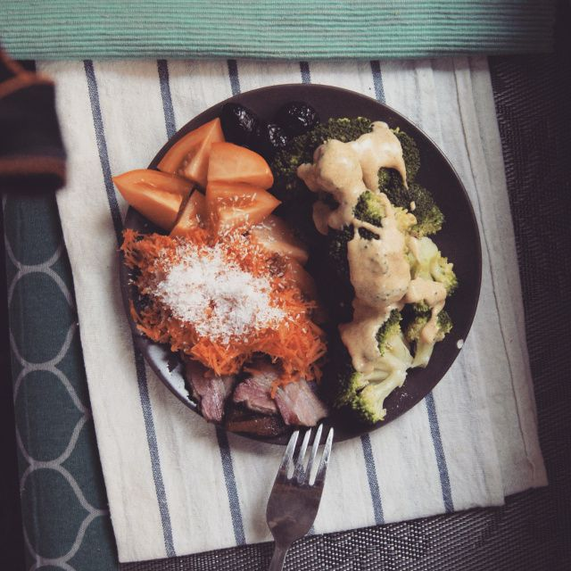 kolacja: brokuł na parze z sosem musztardowym (dijon, sok z cytryny i olej z awokado – działa!), marchewka z wiórkami, bekon i pomidor.